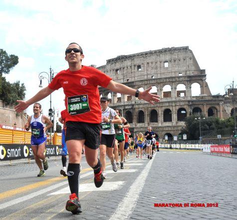 Andrés Collado, cerrando la maratón de Roma con el Coliseoa sus espaldas.