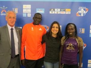 Paco Borao, AIMS; Dennis Kimetto, récord mundial de maratón vigente, y Florence Kiplagat, récord mundial de media maratón femenino. Yo, contenta, en medio.